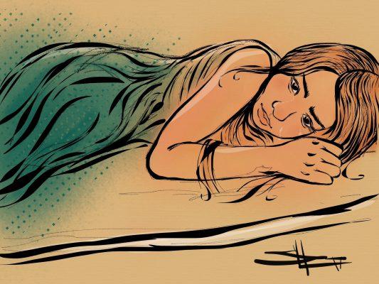 Photo d'une jeune femme triste couchée